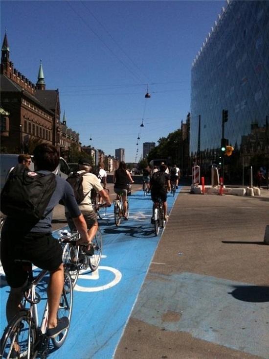 덴마크 수도 코펜하겐의 자전거 전용도로를 달리는 시민들.