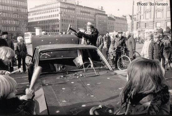 1982년 덴마크 코펜하겐의 시청 광장에서 자전거 중심 교통체계 도입을 요구하며 자동차를 부수고 있는 사이클리스트연맹 회원들.