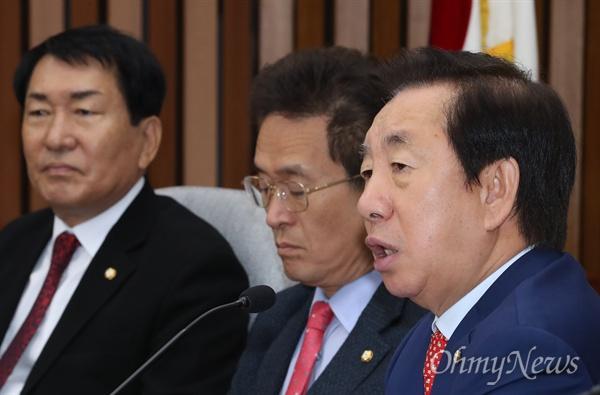 자유한국당 김성태 원내대표가 26일 오전 국회에서 열린 국감대책회의에서 모두발언을 하고 있다.