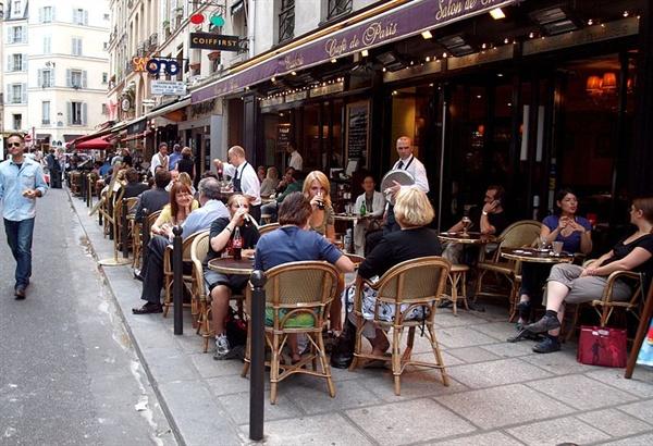 아파트 주변에 다닥다닥 붙어있는 파리의 카페들