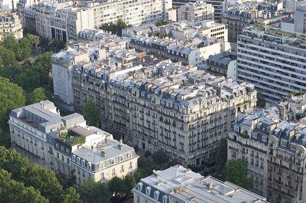 20미터 높이의 아파트들이 사면발방으로 뻗어 있는 파리 시가지