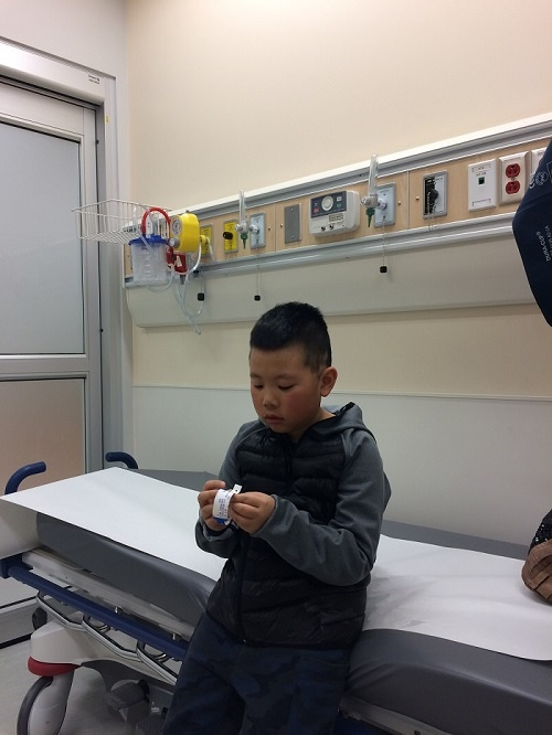 병원에서 의사를 기다리고 있는 아들. 이 날은 5시간을 기다리고 나서 겨우 만날 수 있었다.