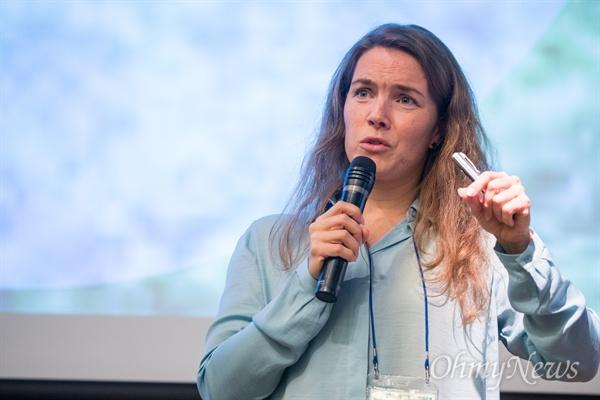 Dina Knudsen holder oplæg om Vejle Idrætshøjskole på konferencen, Happy Education. Foto: Lars Olesen.