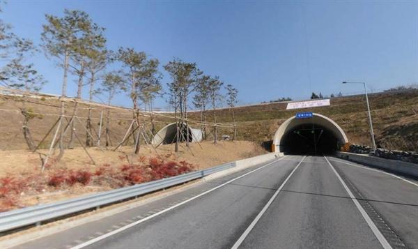 포항울산고속도로 양북1터널 경주 방향 입구. 양북1터널 길이는 7.5km로 우리나라에서 두번째로 긴 장대터널이다.