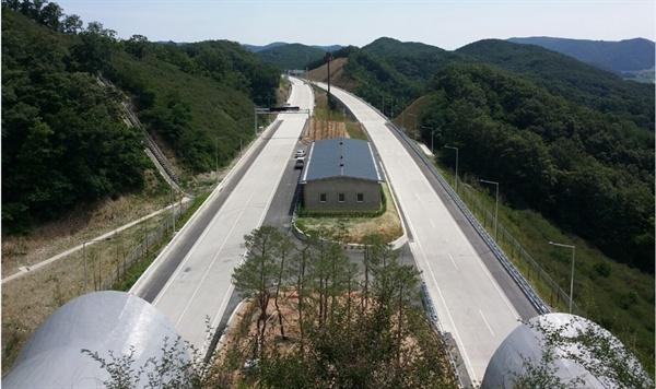 2016년 6월 30일 개통한 포항울산고속도로 양북1터널 구간 전경