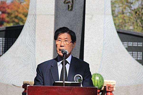 김하종 한국전쟁전후민간인희생자경주유족회장이 28일 위령제에서 인사말을 하고 있다.