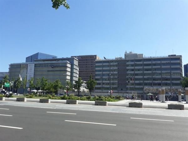 1961년 미국의 원조로 건설된 대한민국역사박물관(왼쪽). 2012년 박물관으로 개관하면서 리모델링하여 변화가 생겼지만 본래 오른쪽의 미대사관과 동일한 설계로 지어진 쌍둥이 건물이다.