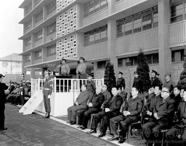 1962년도 국가재건최고회의 시무식에서 연설하는 박정희 최고회의 의장의 모습. 당시 최고회의가 현 대한민국역사박물관에 입주해 있었다.