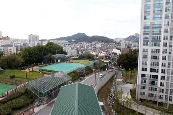 만리동예술인협동조합 옥상에서 바라본 만리동-아현동 지역. 서로 상반된 모습이 인상적이다