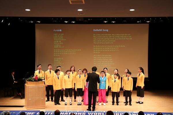 목포 공생원 원생들로 구성된 수선화합창단이 뉴욕에서 열린 유엔세계고아의날 청원대회에서 노래를 부르고 있다.