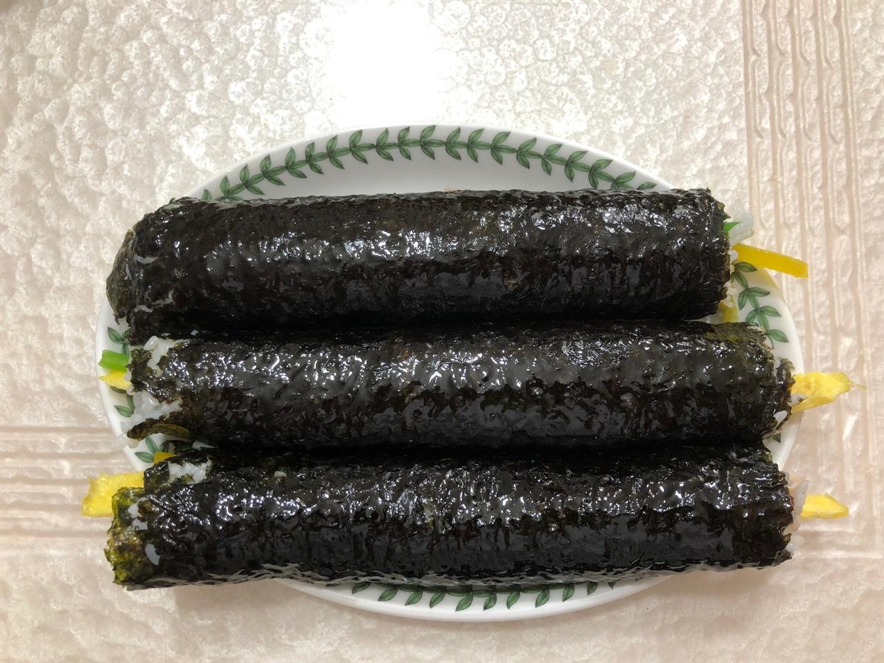 아빠의 사심 가득한 김밥1 아이들 간식으로 주기 위해 아빠가 싸놓은 김밥입니다.