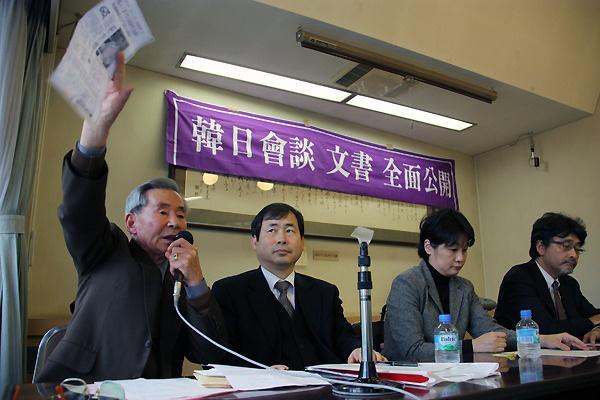 일본 외무성을 상대로 제기한 한일회담 문서 공개 소송 재판이 끝난 뒤 도쿄에서 가진 기자회견에서 자신의 피해 사실을 주장하고 있는 여운택씨.