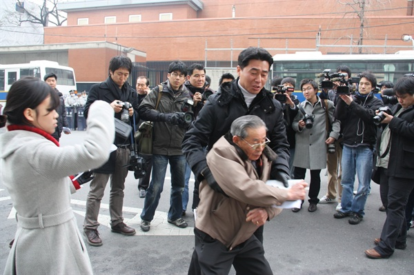 서울 일본대사관 앞에서 기자회견을 마친 여운택 어르신이 일본대사관에 항의하기 위해 발걸음을 옮기자 경찰이 제지하고 있는 모습. 2009년 12월.