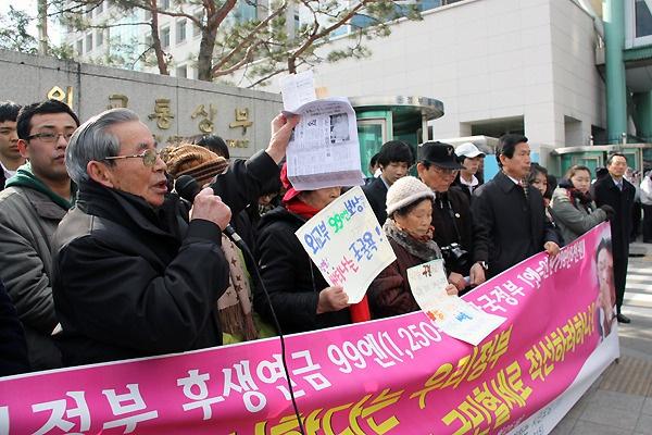 외교부 앞에서 일제 피해자들과 함께 기자회견을 갖고 목소리를 높이고 있는 여운택씨. 2010년 1월