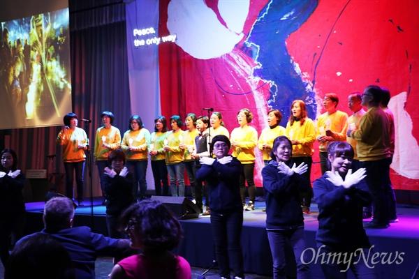 30일 오전 인천 하버파크호텔에서 열린 '한반도 역사 화해와 상생을 위한 2018 세계평화대회' 개막식에서 세월호 합창단과 김천 사드반대 율통팀이 최하현 어린이와 함께 '어둠은 빛을 이길 수 없다'는 노래와 율동을 하고 있다.