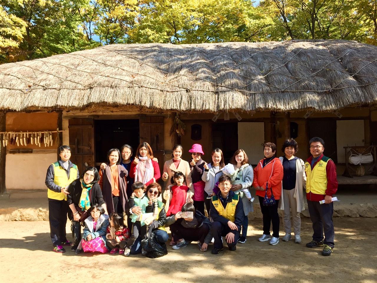 한국 민속촌에서 한국문화를 체험한 다문화 가족
