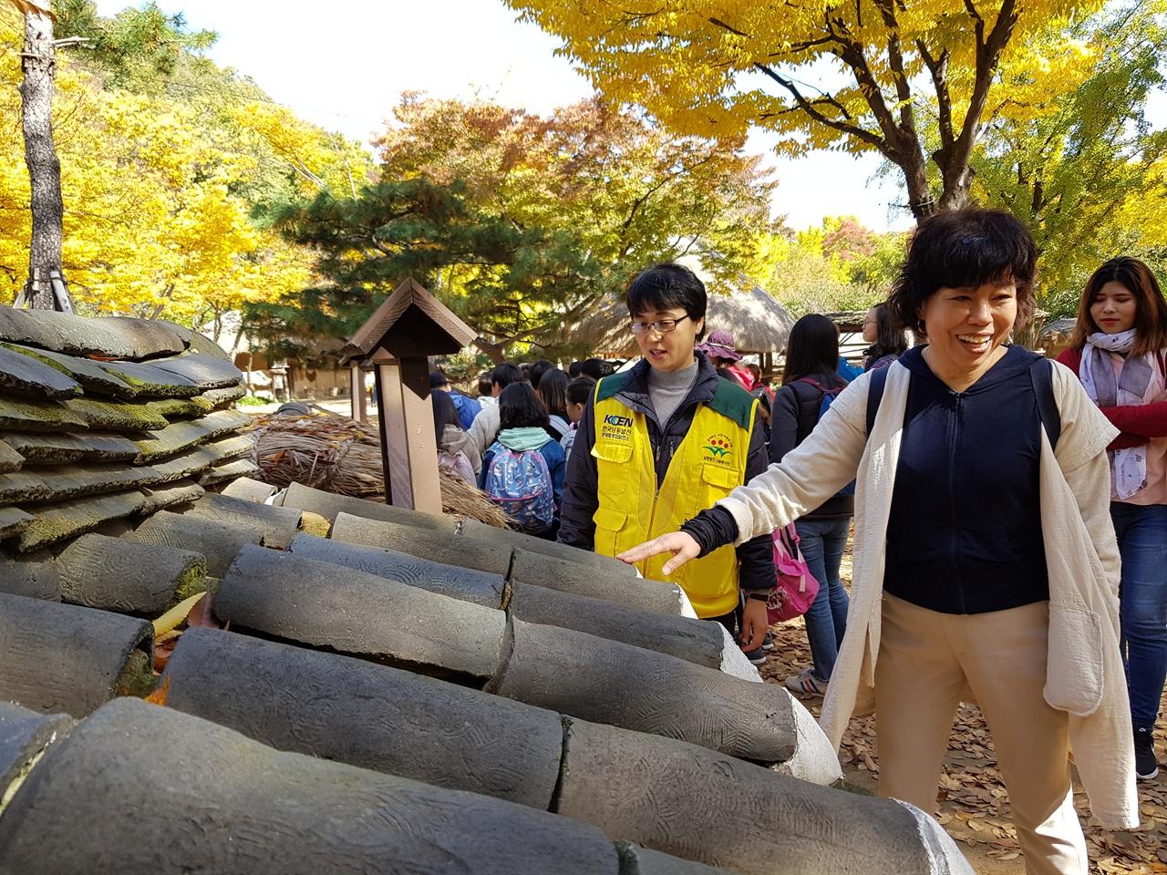 한국과 일본의 지붕이 서로 닮았다고 이야기 하는 가나코씨