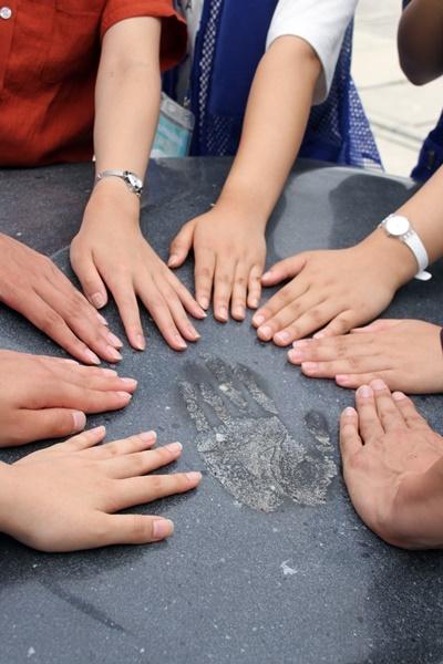 단지동맹비  2018년 8월 4일 충남교육청 창의융합형 인문학기행단이 러시아 크라스키노 단지동맹비에서 손을 모아 안중근 의사의 뜻을 기리고 있다.