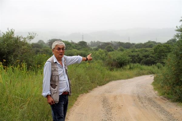 흔적도 없는 지신허 마을  (전)극동연방대 남정옥 교수가 지신허 마을 입구에서 설명하고 있다. 이 마을은 1900년대 한때 수천 명의 한인들이 집단으로 거주하던 지역이었으나 소련 정부의 고려인 중앙아시아 강제이주 정책으로 없어졌다.
