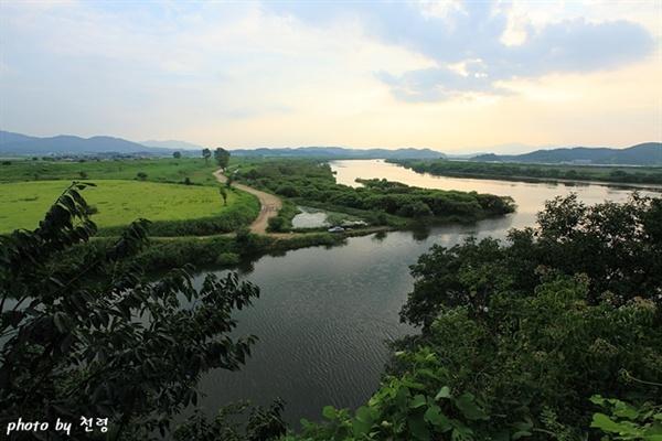 악양루에서 본 남강과 함안천 물이 거꾸로 흐르는 함안은 반역의 땅으로 여겨졌다.