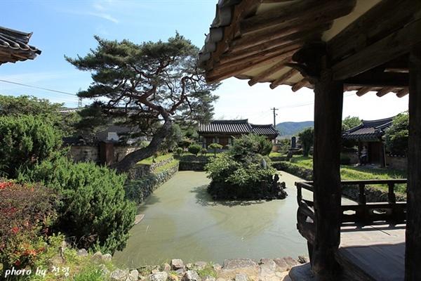 하환정에서 본 연못 국담 주재성은 연못의 이름을 '국담(菊潭)'으로 짓고 자신의 호로 삼았다.