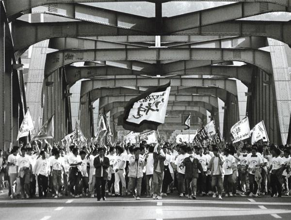 """한강을 건너는 중앙대생들(1991년 5월) """"중앙대 학생들이 한강을 건너면 역사가 바뀐다!""""는 신화는 1960년 4.19혁명 때부터 생겨났고, 이후 중요한 역사의 고비마다 중앙대생들은 대오를 형성하여 한강을 건넜다."""