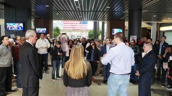 (10/28일, 메넨데즈 상원의원과(오른쪽 양복)과 필 머피 주지사(왼쪽 양복)가 유권자들과 만나고 있다.