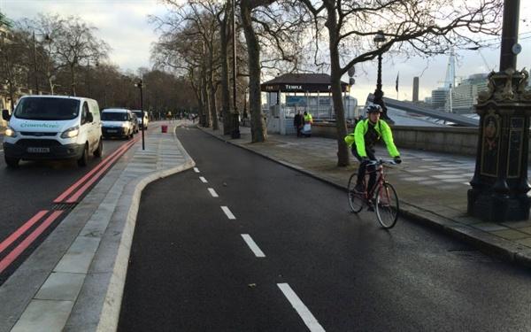 영국 런던의 중심가를 동서로 가로지르는 런던 사이클 수퍼하이웨이 3구간(CS3)의 모습. 자전거 이용자들의 안전을 위해 상당 구간이 차도와 분리된 형태로 설계됐다.