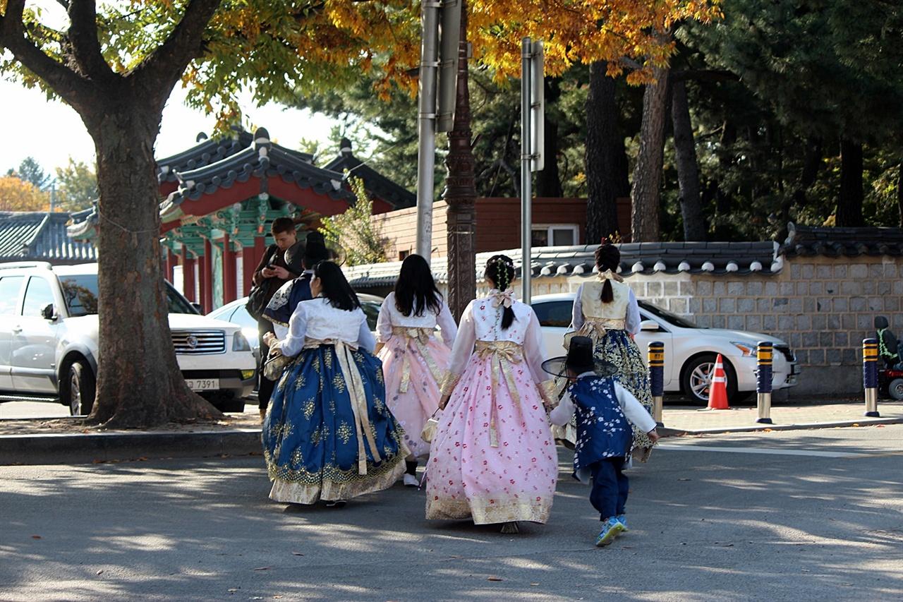 가족들이 전부 한복으로 갈아 입고 동부사적지대 일원을 관광하는 모습