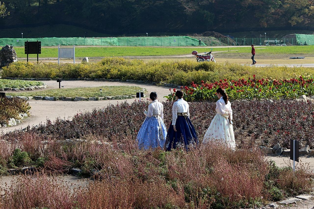 개량 한복을 곱게 차려 입은 아가씨들이 첨성대 주변으로 산책하는 모습