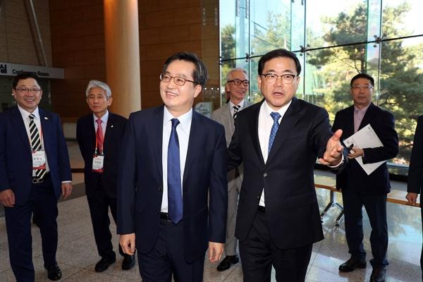 김동연 경제부총리는 10월 31일 창원컨벤션센터에서 열린 세계한인경제인대회에 참석했고, 허성무 창원시장이 함께 했다.