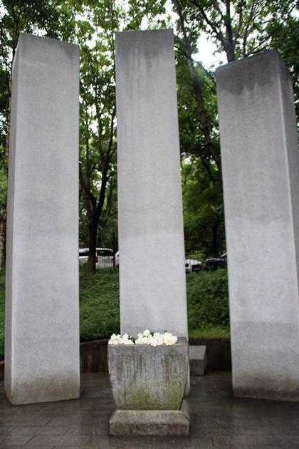 신한촌 기념비  블라디보스톡 라게르산 언덕에 세워진 기념비는 직사각형 모양 기둥 3개와 네모난 돌 8개가 자리하고 있다. 3개의 기둥은 남북한과 재외동포를, 8개의 돌은 조선 8도를 각각 상징한다고 한다. 한때 1만여 명에 달하는 한인들이 북적이던 거리였지만 지금은 외진 곳에 기념탑만 쓸쓸히 서있다.