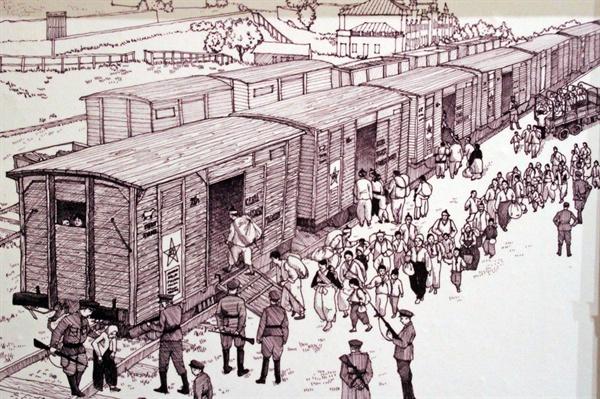 강제이주 당하는 고려인  당시 선조들은 라즈톨리예 역에서 시베리아 횡단 열차에 실려 30~40일을 이동하며 카자흐스탄이나 우즈벡 등으로 갔다. 열차의 환경은 아주 열하였으며 기록에 따르면 이동 중에 550여명 이상이 사망 하였다. 사진은 우수리스크 고려인 문화회관에 전시된 당시 상황을 묘사한 삽화