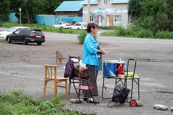 라즈톨리예역의 상인  과거의 슬픈역사는 묻히고 시골 간이역으로 변한 이곳에 러시안 상인이 간간히 오는 관광객을 상대로 러시아 차와 과일을 팔고 있다.