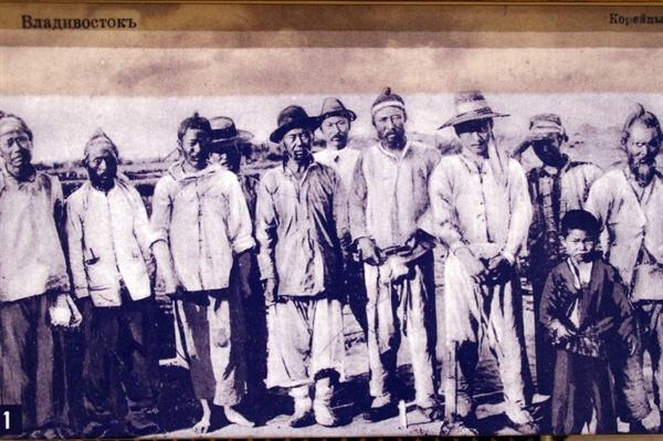 연해주의 한인들  우수리스크 고려인문화센터 역사박물관에 전시된 구한말 한인들의 사진