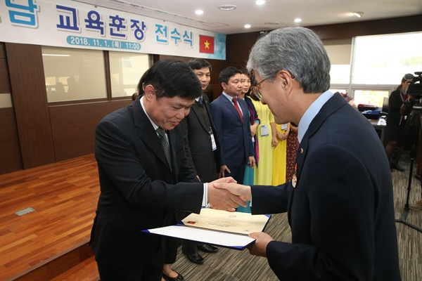 박종훈 경남도교육감이 11월 1일 오후 교육청 제2청사 대회의실에서 베트남 정부 관계자로부터 교육훈장을 받고 있다.