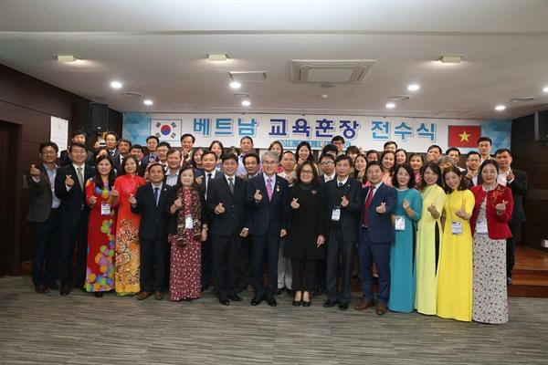 박종훈 경남도교육감이 11월 1일 오후 교육청 제2청사 대회의실에서 베트남 정부 관계자로부터 교육훈장을 받고 참가자들과 기념사진을 찍었다.