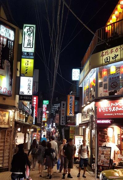 도쿄 미나토구의 한 식당거리.