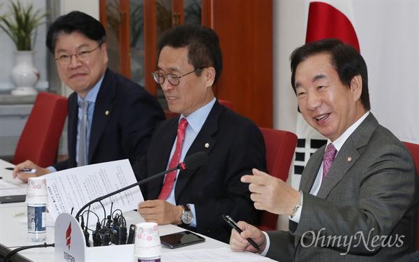 자유한국당 김성태 원내대표가 2일 오후 국회에서 2019년 예산안 관련 기자간담회를 하고 있다.