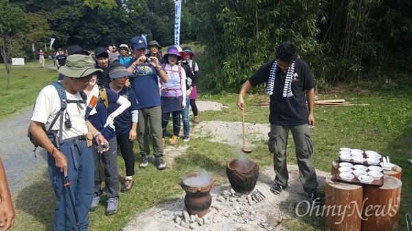 지난 10월 8일 일본 미야기올레 오쿠마츠시마 코스 개장을 기념해 마을 주민들이 메일, 바지락, 오리고기, 버섯 등을 넣은 소바가유(메밀죽)를 끓여서 올레꾼들에게 나줘주고 있다.