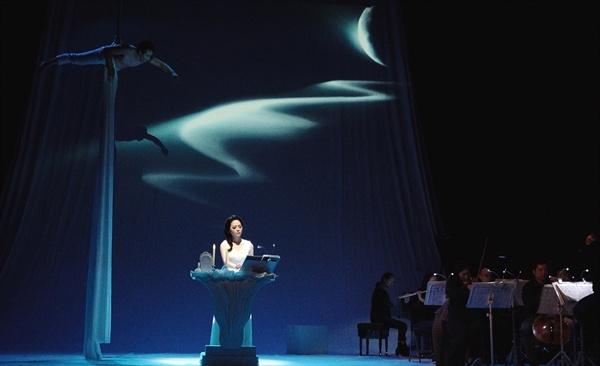 에어리얼리스트 차정훈의 줄타기 동작은 소프라노 박하나(1일 리허설 사진)의 노래를 묘사하며 생동감을 불어넣었다.