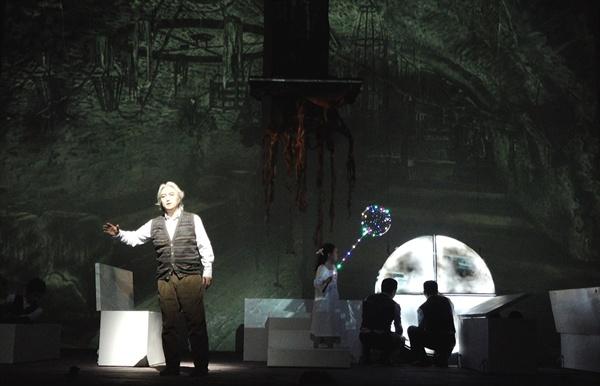 해설사 역 테너 차문수와 어린아이 역 원서윤이 극 후반부 지하세계의 내용을 노래하고 있다.