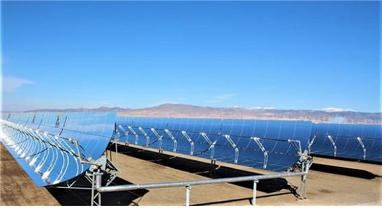 안다솔 발전소의 태양열 집열 장치. 파란 거울 모양의 패널로 태양열에너지를 모은 뒤 가운데 긴 관을 통과하는 액체에 실어 증기터빈으로 보내 전기를 만든다.