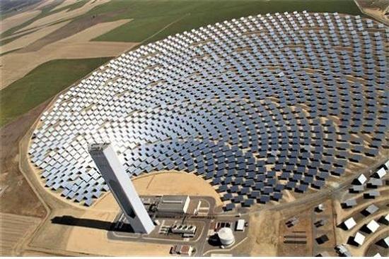 아벵고아가 스페인 세비야주 산루카르 라 마요르시에 건설한 산루카르 발전소의 솔라타워 PS20. 반사거울이 햇빛을 모아 타워 상단의 유리판에 쏘아주어 전기를 만든다.