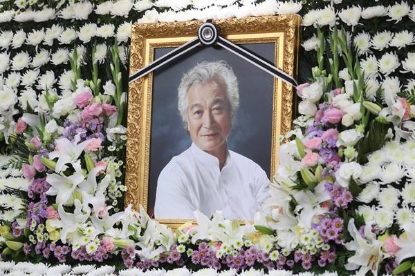 4일 지병으로 별세한 '국민배우' 신성일 씨의 빈소가 서울 송파구 풍납동 서울아산병원 장례식장에 마련됐다. 장례는 영화인장으로 치러지며 발인은 6일, 장지는 경북 영천의 선영이다.