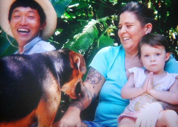 푸라 비다, 순수한 삶의 땅, 코스타리카 산후아디요 해변으로 흐르는 로사리오 강변에 사는 이브 Eve 씨와 딸 소피 Sophie.