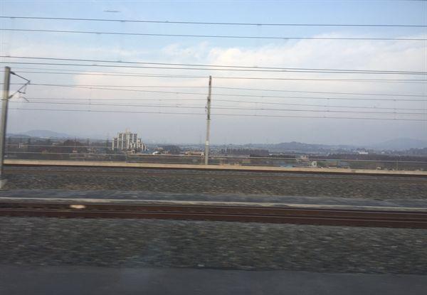 일부분 하늘이 파랗게 보이지만, 아래에는 경부고속철도 오송역 주변이 미세먼지로 덥혀 있는 모습