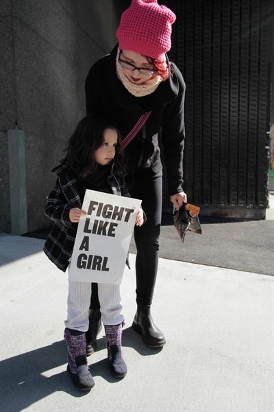 저자는 여성들이 이중의 전선에서 싸우고 있음을 설명한다. 하나는 각 문제의 주제에 관한 싸움. 또 하나는 말할 권리, 생각할 권리, 사실과 진실을 안다고 인정받을 권리, 가치를 지닐 권리, 인간이 될 권리를 얻기 위해서 싸우는 전선.
