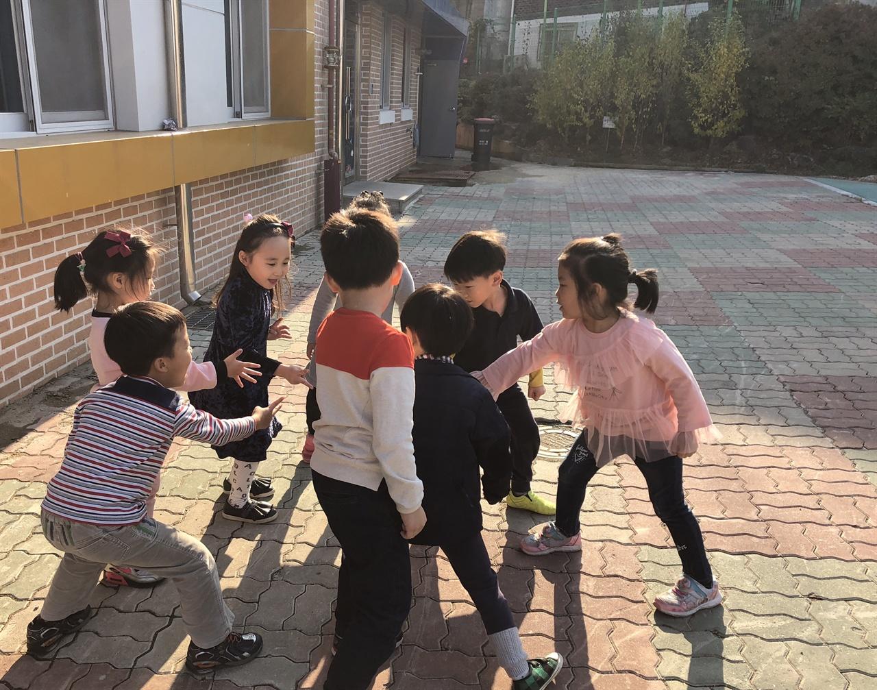 많은 아이들이 놀이터로 뛰어가며 와~하고 소리를 친다. 아이의 신나는 마음, 행복한 마음이 표출되는 거다.