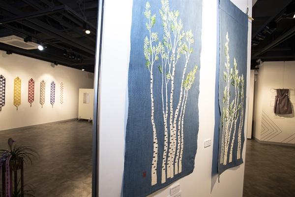 충남 천안시 동남구 은행길 충남콘텐츠코리아랩 1층에서는 동양자수 특별전 '꽃은 지지 않는다'가 열리는 중이다.
